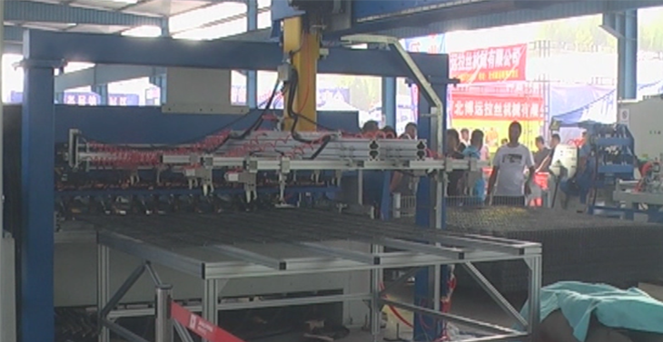 Double wire fence mesh welding production line.png